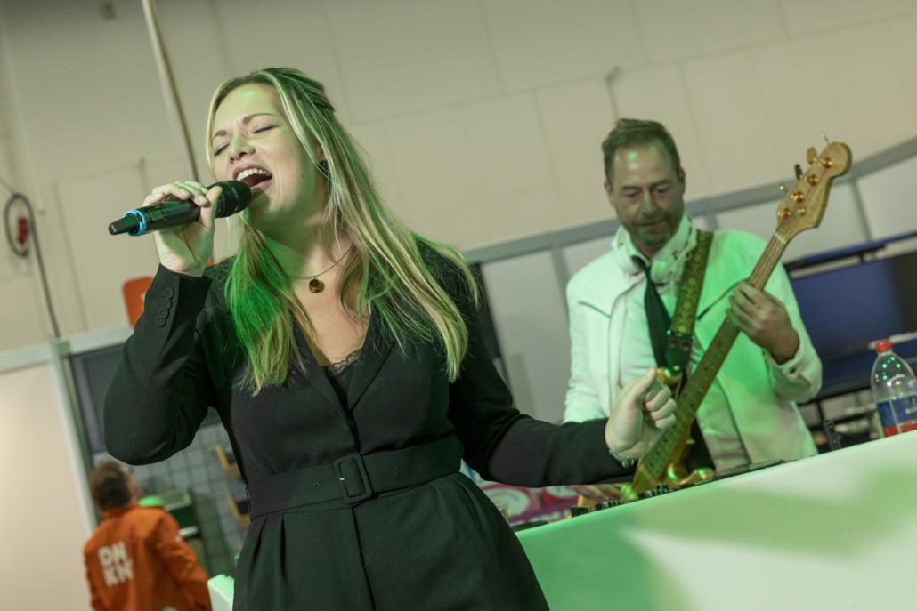 dj met zangeres